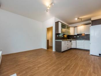 Obývací pokoj s kuchyňským koutem - 19,82 m2 - Prodej bytu 2+kk v osobním vlastnictví 46 m², Praha 10 - Uhříněves