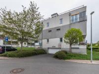 Vjezd do garáží z ulice Venušina - Prodej bytu 2+kk v osobním vlastnictví 46 m², Praha 10 - Uhříněves