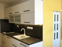Kuchyň, pohled na vstup do koupelny a kuchyňskou linku (Prodej bytu 3+1 v osobním vlastnictví 75 m², Židlochovice)