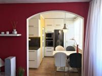 Obývací pokoj, pohled do kuchyně (Prodej bytu 3+1 v osobním vlastnictví 75 m², Židlochovice)