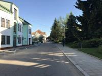 Bytový dům pohled směr centrum (Prodej bytu 3+1 v osobním vlastnictví 75 m², Židlochovice)