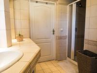 koupelna v přízemí (Prodej domu v osobním vlastnictví 218 m², Doksy)