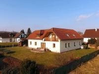 pohled na dům ze zahrady (Prodej domu v osobním vlastnictví 218 m², Doksy)