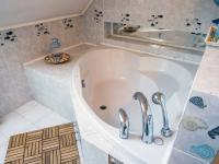 koupelna v podkroví (Prodej domu v osobním vlastnictví 218 m², Doksy)