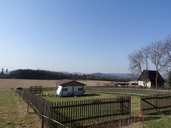 Pohled od silnice od severu - Prodej pozemku 979 m², Nový Oldřichov