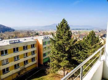 výhled z lodžie - Prodej bytu 3+1 v osobním vlastnictví 77 m², Česká Lípa