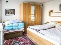 ložnice v přízemí (Prodej domu v osobním vlastnictví 145 m², Doksy)
