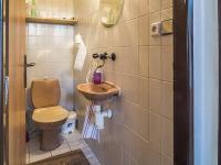 toaleta (Prodej domu v osobním vlastnictví 145 m², Doksy)
