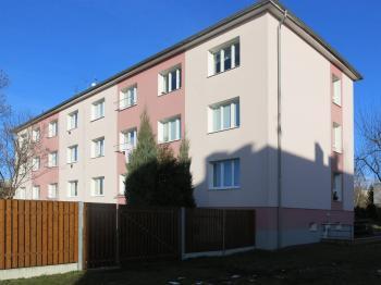 Pohled na dům z ulice - Prodej bytu 2+1 v osobním vlastnictví 65 m², Česká Lípa