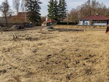 Prodej pozemku 1567 m², Okna