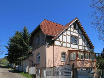 Pohled na dům z ulice - Prodej domu v osobním vlastnictví 230 m², Varnsdorf