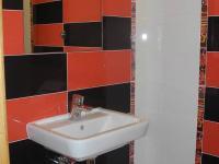 dolní WC s umyvadlem (Prodej domu v osobním vlastnictví 294 m², Březová-Oleško)