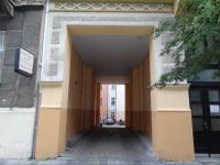 vjezd do společného vnitrobloku (Prodej bytu 2+kk v osobním vlastnictví 53 m², Karlovy Vary)