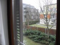 pohled z horní ložnice do zahrady (Prodej bytu 5+kk v osobním vlastnictví 108 m², Praha 6 - Bubeneč)