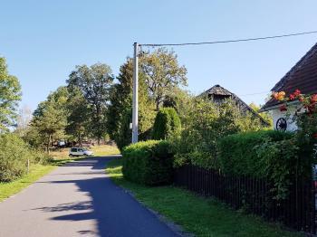 Pohled od sousední chalupy - Prodej chaty / chalupy 140 m², Petrovice u Sušice