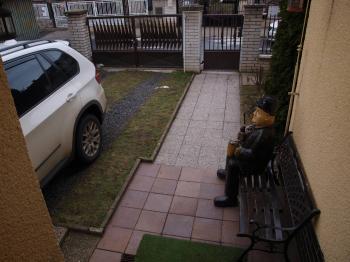parkování dvě auta - Prodej hotelu 699 m², Praha 8 - Čimice