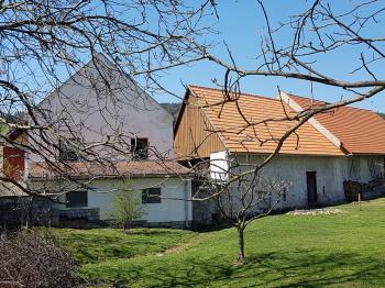 Pohled přes sousední zahradu - Prodej domu v osobním vlastnictví 160 m², Dobršín