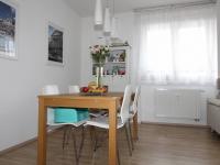 jídelní stůl (Prodej bytu 3+1 v osobním vlastnictví 79 m², Praha 10 - Uhříněves)