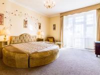 ložnice s balkonem (Prodej bytu 3+1 v osobním vlastnictví 105 m², Praha 3 - Vinohrady)