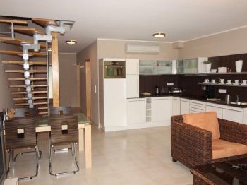 obývací pokoj se schodištěm do patra - Prodej bytu 4+kk v osobním vlastnictví 114 m², Dýšina