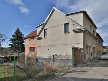 pohled z ulice - Prodej domu v osobním vlastnictví 300 m², Říčany