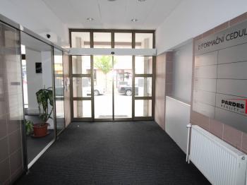 vstupní dveře do budovy - Prodej komerčního objektu 1932 m², Pardubice