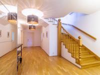 vnitřní schodiště - Pronájem domu v osobním vlastnictví 577 m², Praha 10 - Uhříněves