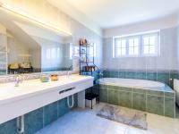 jedna z koupelen - Pronájem domu v osobním vlastnictví 577 m², Praha 10 - Uhříněves