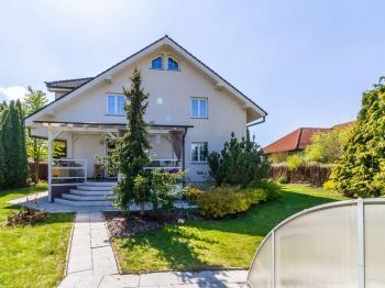 pohled na dům ze zahrady s terasou - Pronájem domu v osobním vlastnictví 577 m², Praha 10 - Uhříněves