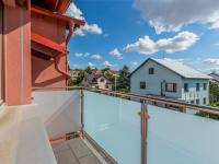 jeden z balkonů - Prodej bytu 3+kk v osobním vlastnictví 97 m², Praha 9 - Kyje