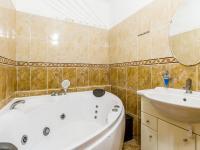 Koupelna a (Prodej bytu 2+kk v osobním vlastnictví 63 m², Praha 6 - Břevnov)