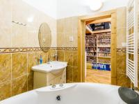 Koupelna b (Prodej bytu 2+kk v osobním vlastnictví 63 m², Praha 6 - Břevnov)