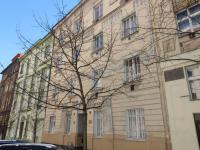 Pohled na dům (Prodej bytu 2+kk v osobním vlastnictví 39 m², Praha 5 - Smíchov)