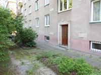 Zadní vchod dům (Prodej bytu 2+1 v osobním vlastnictví 54 m², Praha 3 - Žižkov)