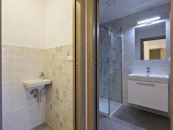 Koupelna b - Prodej bytu 3+kk v osobním vlastnictví 74 m², Praha 7 - Holešovice