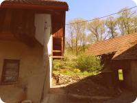 Pohled mezi pilou a návalím (Prodej historického objektu 80 m², Včelákov)