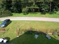 pohled z balkonu na příjezdovou komunikaci a předzahrádku (Prodej domu v osobním vlastnictví 160 m², Záchlumí)