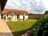 uzavřený dvůr s posezením (Prodej domu v osobním vlastnictví 200 m², Líšnice)