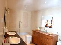 koupelna s WC (Prodej domu v osobním vlastnictví 200 m², Líšnice)