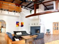 obytný prostor s krbem (Prodej domu v osobním vlastnictví 200 m², Líšnice)