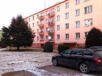 parkování před domy (Prodej bytu 2+1 v osobním vlastnictví 53 m², Meziměstí)