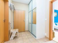 Chodba s vestavěnou skříní (Pronájem bytu 2+kk v osobním vlastnictví 50 m², Praha 5 - Košíře)