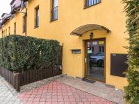 vchod (Prodej bytu 2+kk v osobním vlastnictví 41 m², Šestajovice)