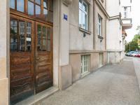 Vchodové dveře (Prodej bytu 2+1 v osobním vlastnictví 91 m², Praha 6 - Bubeneč)