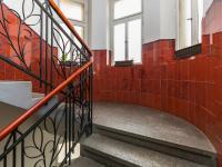 Detail schodiště z přízemí (Prodej bytu 2+1 v osobním vlastnictví 91 m², Praha 6 - Bubeneč)