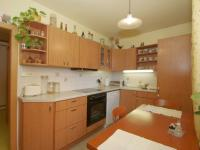 Prakticky zařízená kuchyně. (Prodej bytu 2+1 v osobním vlastnictví 53 m², Praha 6 - Dejvice)