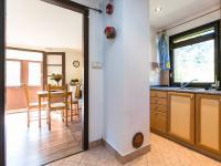 průhled z kuchyňky do obývacího pokoje - Prodej chaty / chalupy 53 m², Čerčany