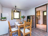 obývací pokoj s průhledem do kuchyňky - Prodej chaty / chalupy 53 m², Čerčany