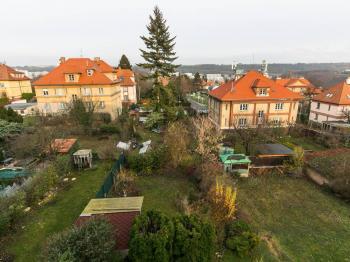 výhled z okna do zahrady - Prodej bytu 2+1 v osobním vlastnictví 68 m², Praha 5 - Košíře