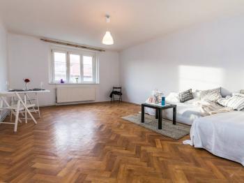 obývací pokoj - Prodej bytu 2+1 v osobním vlastnictví 68 m², Praha 5 - Košíře